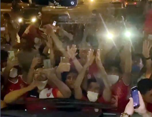 استقبال پرشور هواداران از پرسپولیس خارج از ورزشگاه آزادی