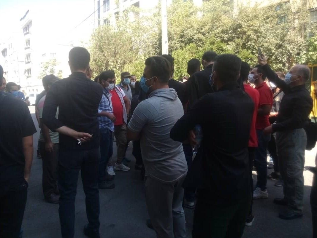 تجمع هواداران مقابل ساختمان پرسپولیس/ معترضان خواستار برکناری رسول پناه شدند