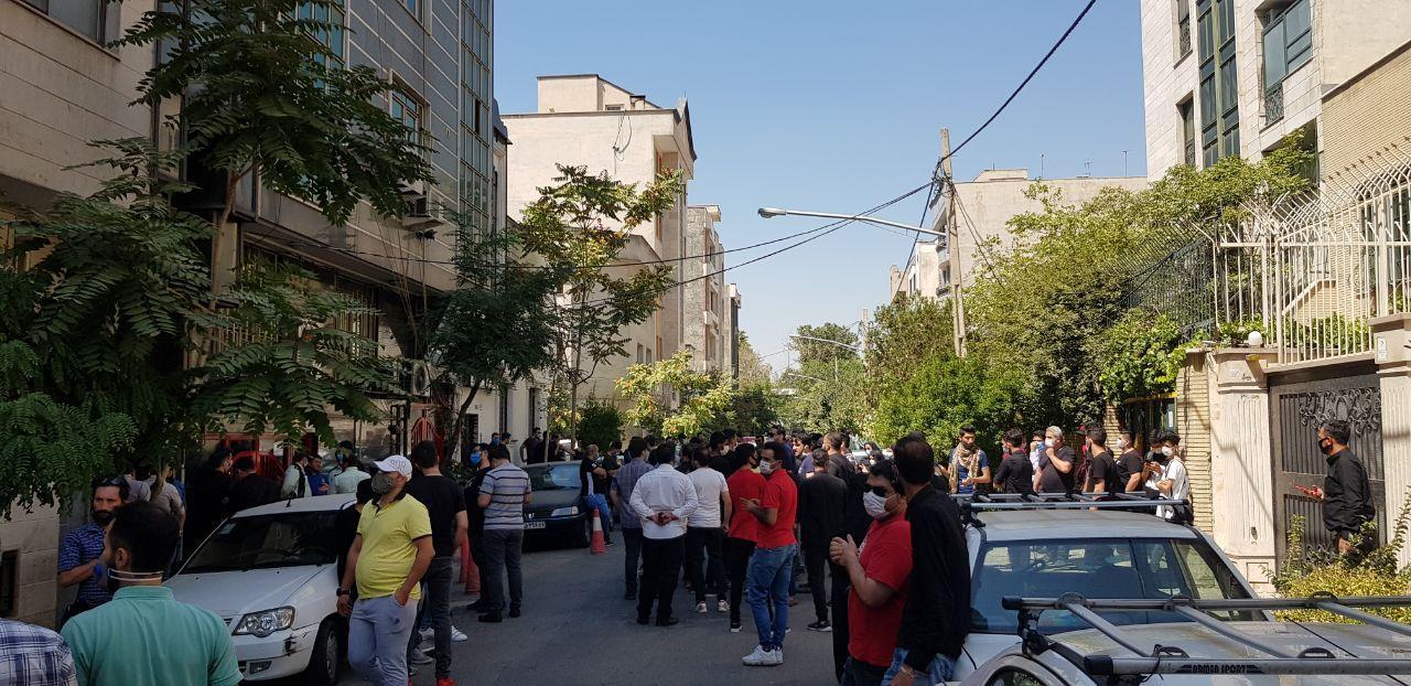 افزایش جمعیت و شعار هواداران ناراضی علیه سرپرست پرسپولیس / رسولپناه میان جمعیت آمد