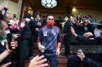 تجمع نادرست هواداران مقابل هتل پرسپولیس در شرایط کرونایی/ شیری هم تشویق شد