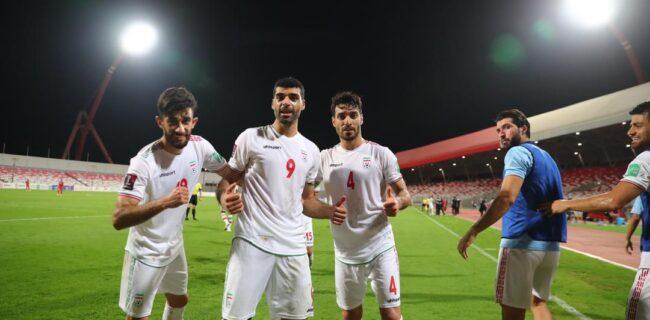 تصویری از شادی ملی پوشان در رختکن پس از بردن بحرین / کریم باقری در جمع بازیکنان