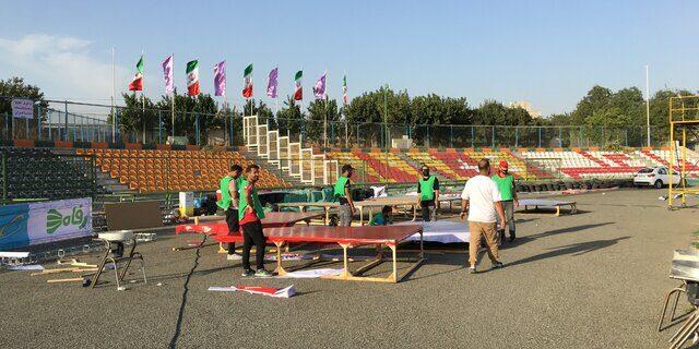 آمادهسازی سکوی قهرمانی پرسپولیس/  تجمع هواداران مقابل ورزشگاه