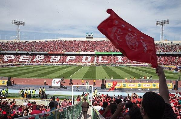 اجرای آزمایشی طرح موزاییکی کانون هواداران پرسپولیس در سکوهای ورزشگاه آزادی+ عکس