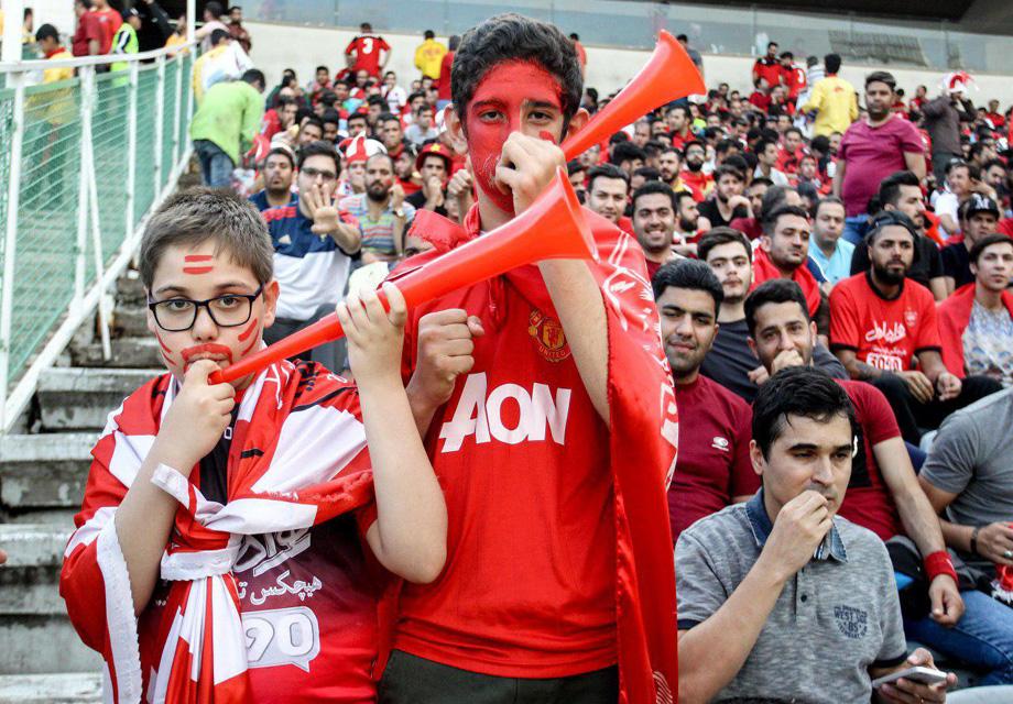 حضور طاهری و گرشاسبی در ورزشگاه/اعتراض هواداران به لوگوی بدون ستاره پرسپولیس