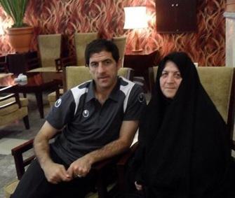 کریم در کنار مادر پس از بازی