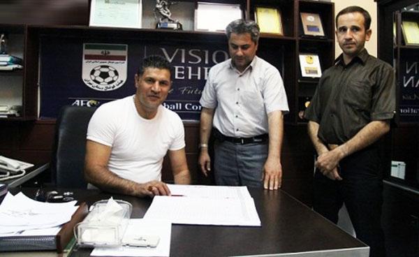 عکس روز: ثبت قرارداد دایی با پرسپولیس