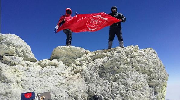 پرچم پرسپولیس توسط مترجم برانکو بر فراز قله دماوند قرار گرفت